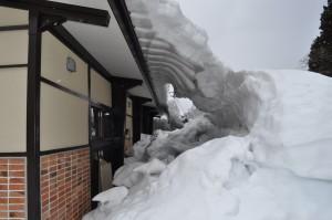 雪の中の建物
