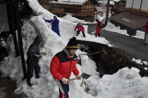 雪に埋まった空き家