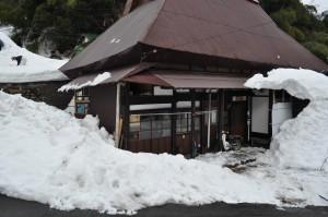 何とか玄関前を除雪