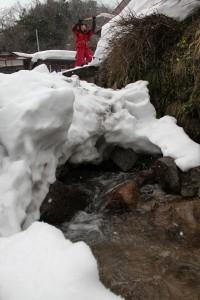 雪で埋まった畑川