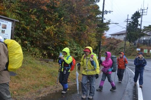 小雨の中スキー場を出発