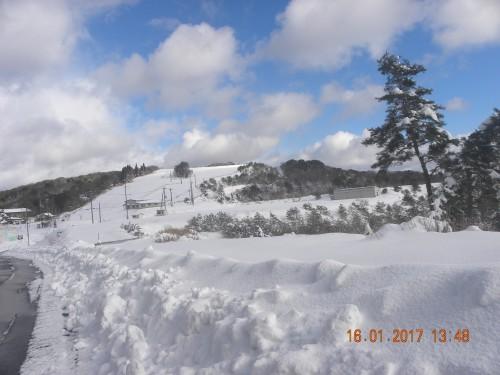 遠くから閉鎖されたスキー場を